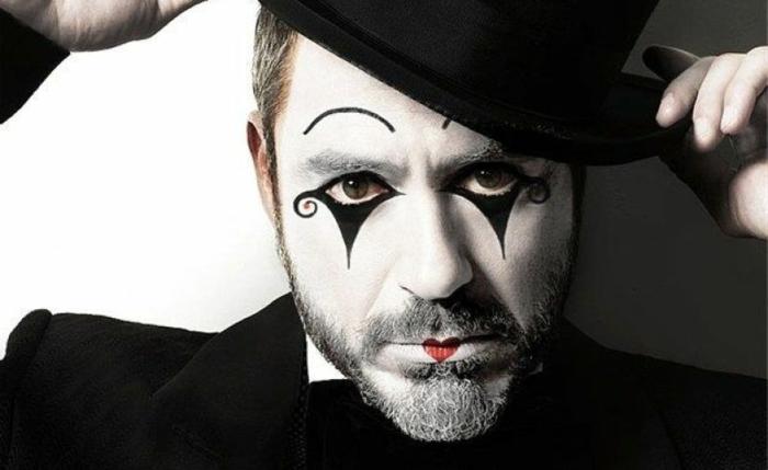 maquillage-visage-de-clown-peinture-noire-et-blanche-coeur-sur-les-lèvres-chapeau