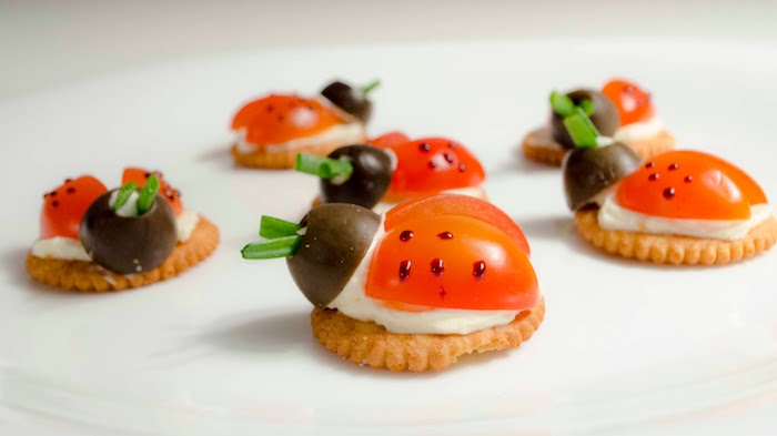 recette équilibrée enfant amusante, crackers, biscuits salés façon coccinelle avec fromage à la crème, tomate et olive, amuses bouches originaux enfant