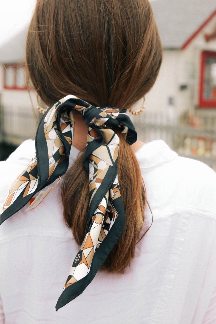 modèle de foulard en soie aux couleurs naturelles, idée coiffure foulard aux cheveux attachés en queue de cheval