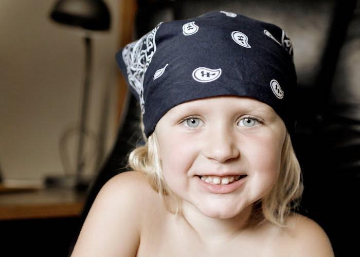 enfant blond avec bandana noir de biker sur la tete facon rock grunge des années 90