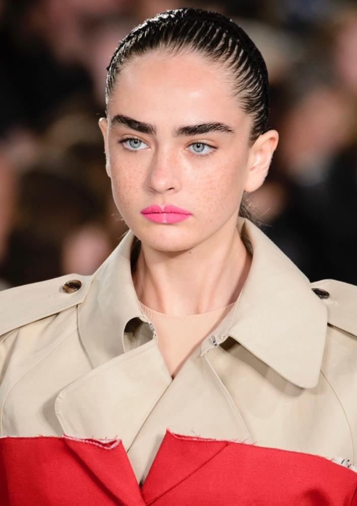 modèle de coiffure simple aux cheveux à effet wet, idée coiffure pour cheveux mi longs, exemple de coiffure tendance femme