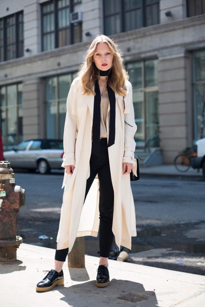 style vestimentaire femme au travail en pantalon slim noir et manteau long avec foulard noir noué autour du cou