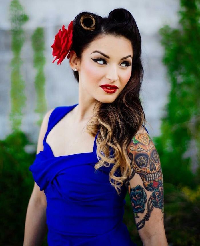 Rouge a levre avec robe bleu roi