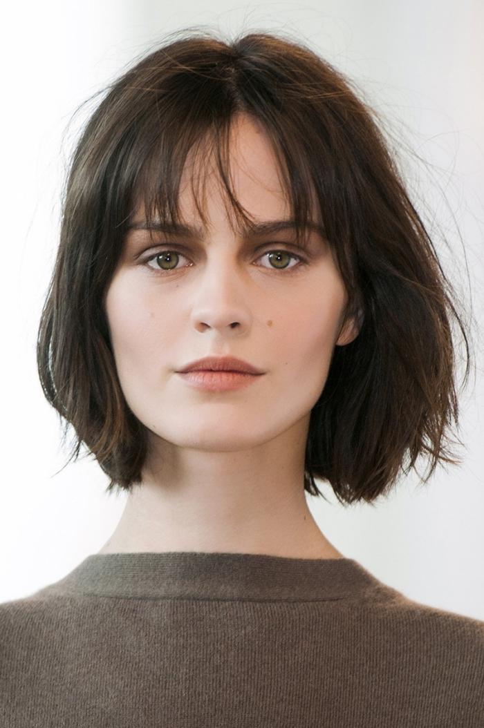 exemple de coupe de cheveux femme tendance, modèle coupe carré dégradé avec frange, idée quelle coiffure simple pour cheveux mi longs