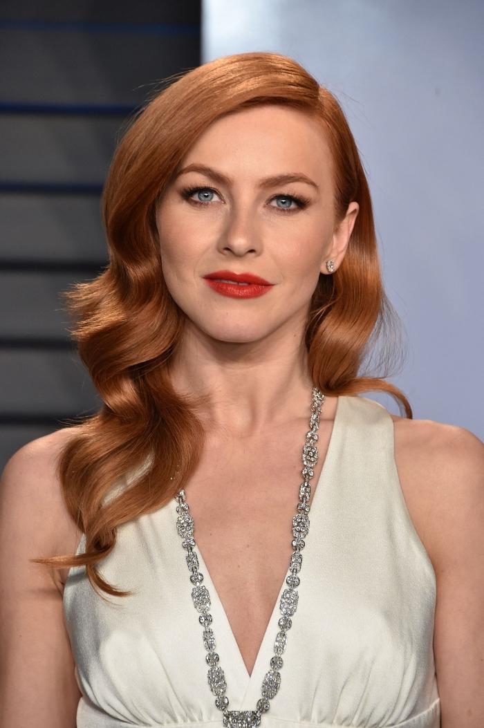 exemple de coiffure facile et élégante avec raie de côté, exemple side-part stylé sur cheveux brillants et cuivrés