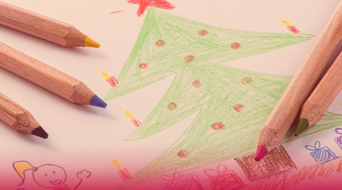 photo d'un coloriage de noël avec un sapin colorié en vert avec crayons de couleurs en bois