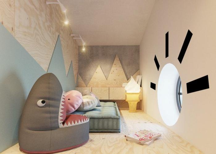 le monde sous marin, pouf requin gris, déco murale découpes géométriques, fenêtre ronde