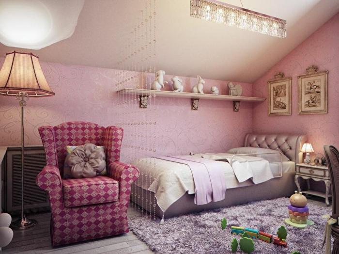 fauteuil lilas géométrique, lampe abat-jour, tapis taupe moelleux, murs roses, long plafonnier en cristal, tête de lit rose, tapis rose cendré