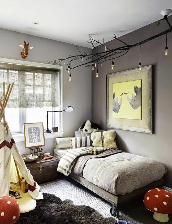 champignons rouges en peluche, lit gris et mur gris, lampes ampoules suspendues, tapis superposés, tipi enfant