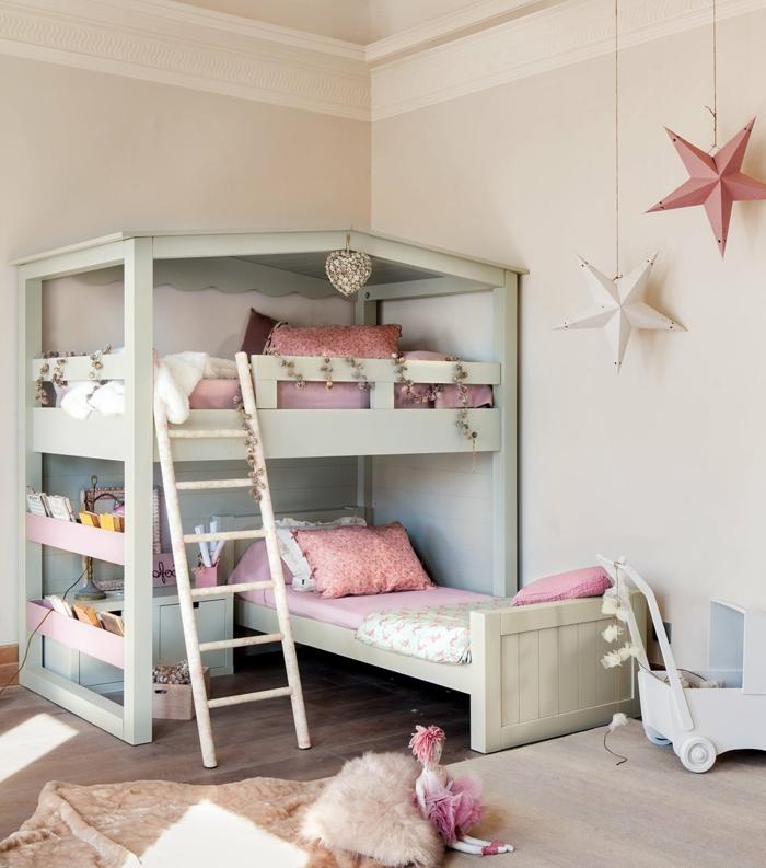 décoration de chambre d'enfant, lit mezzanine bleu pastel, échelle blanche, étoiles pendantes