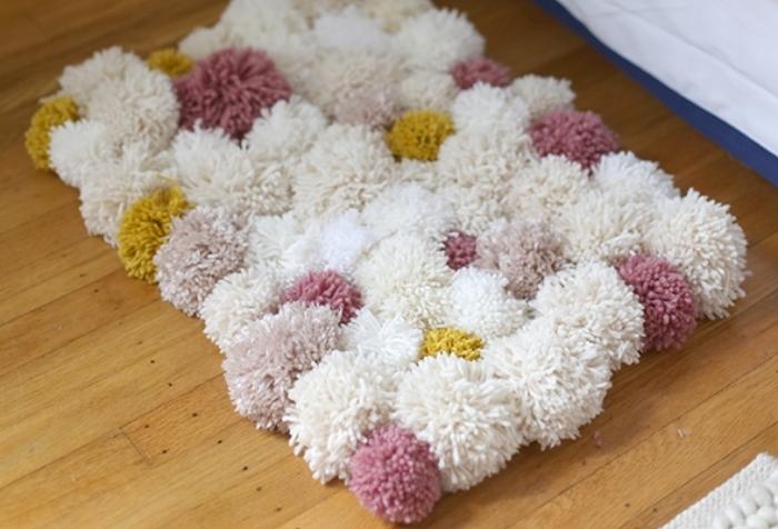 tapis pompon fait main avec laine et filet anti-dérapant, modèle de tapis facile à réaliser soi-même avec pompons