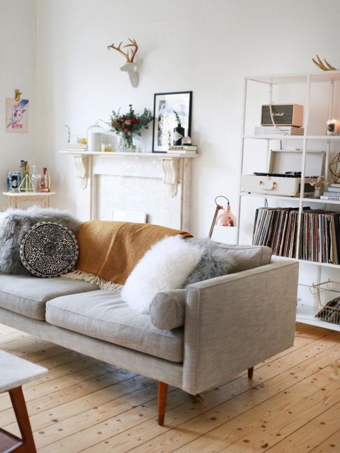 le coussin cocooning en fausse fourrure transforme ce canapé vintage scandinave en pièce maîtresse de ce salon vintage scandinave