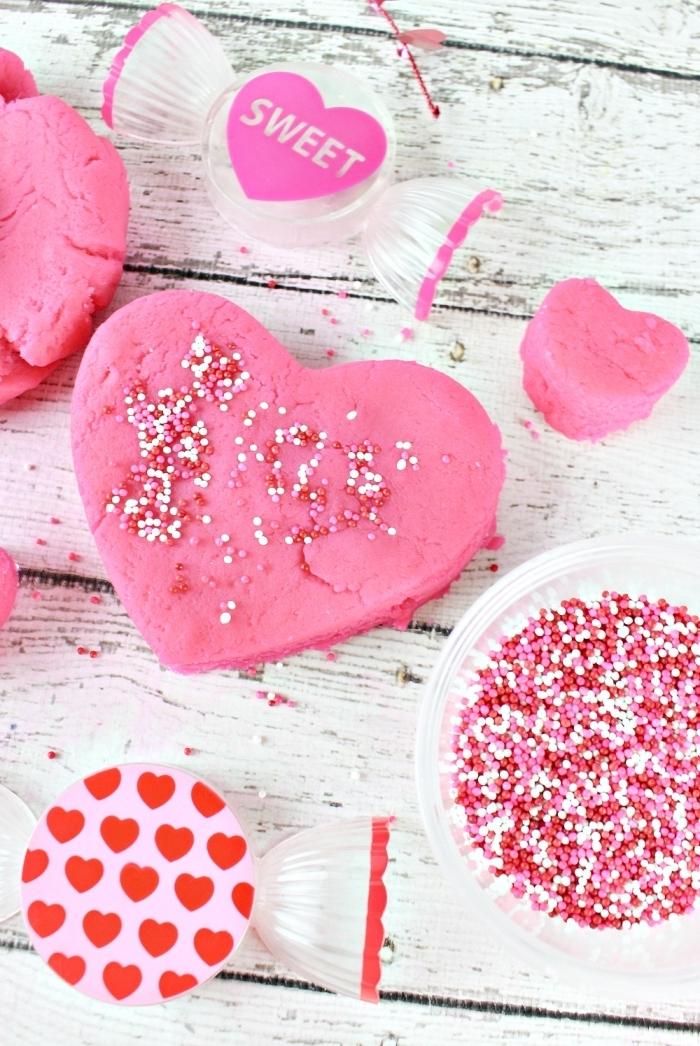 atelier créatif spécial saint-valentin, recette pâte à modeler teintée rose et parfumée à l'arôme alimentaire de chewing gum