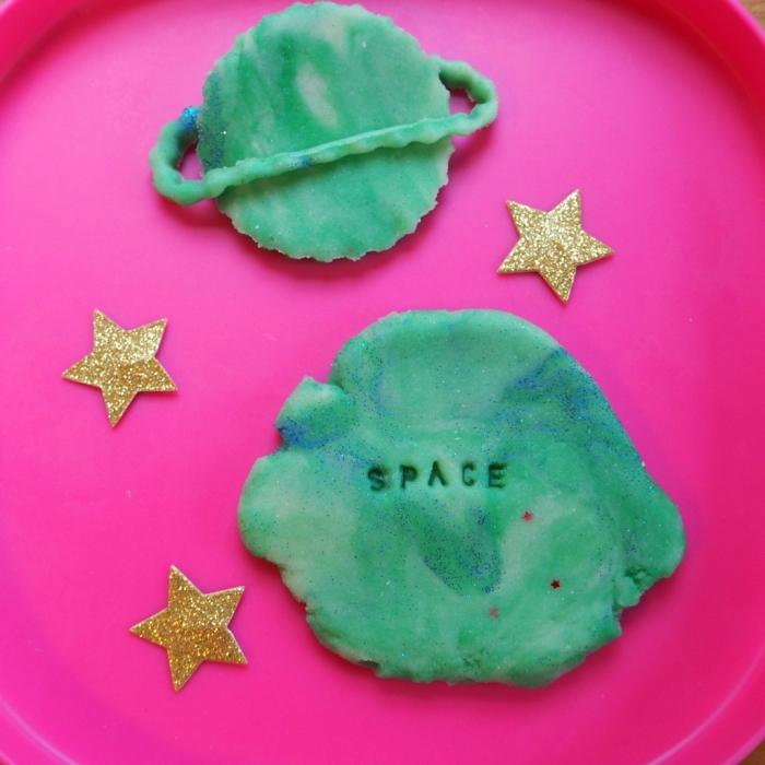 activité manuelle ludique et éducative sur le thème de l'espace avec de la pate à modeler maison colorée vert