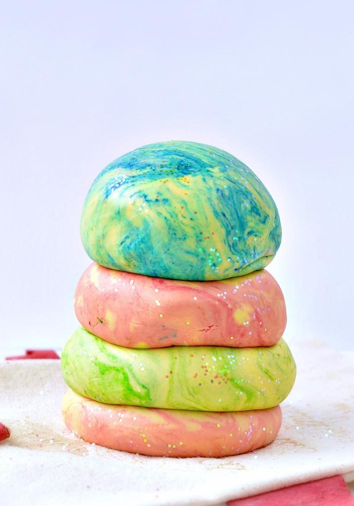 recette pate a modeler bicolore et pailletée à la farine, crème de tartre et huile végétale, préparée facilement sans cuisson