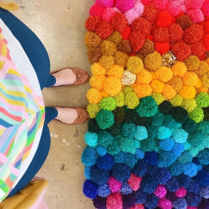 modèle de joli tapis pompon fait main, que faire avec des pompons en laine, idée tapis diy facile à faire avec pompons colorés