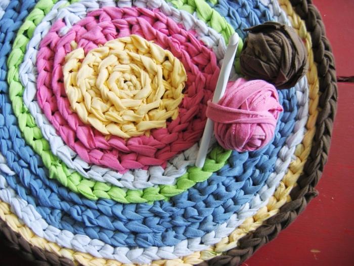 exemple de tapis crochet en couleurs, idée objet de décoration chambre ado facile à faire soi-même; tapis rond diy