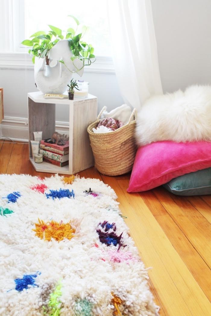 déco cocooning pour une chambre ado, idée design intérieur chambre enfant cocooning avec tapis en pompon