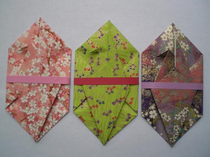 fabriquer une enveloppe géométrique originale en papier cartonné et texturé à motif japonais fermée avec un joli ruban