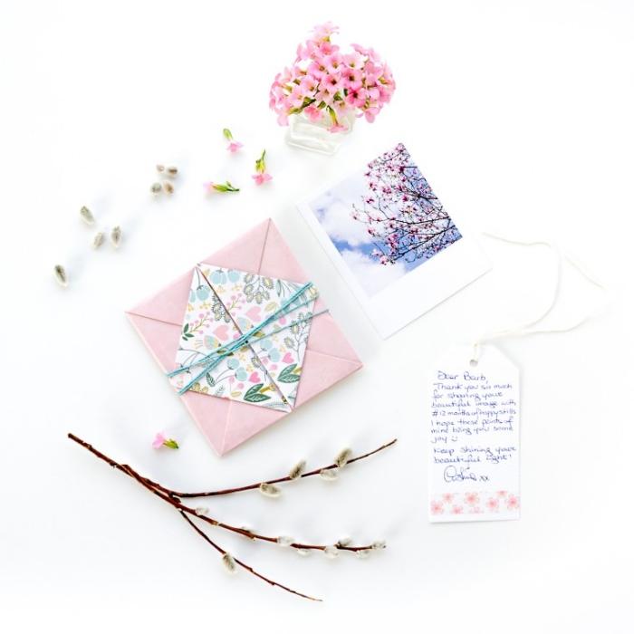 fabriquer enveloppe carrée en version mini, jolie enveloppe à tirer en papier rose et fleuri avec ficelle
