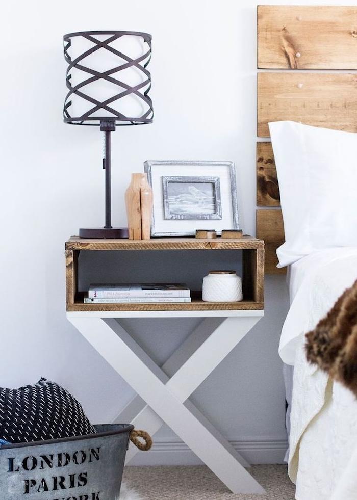 peids bois blanchi et plateau en palette recyclée bois brut, idée originale pour votre table de chevet originale en matériaux recup, style rustique, tete de lit bois planches