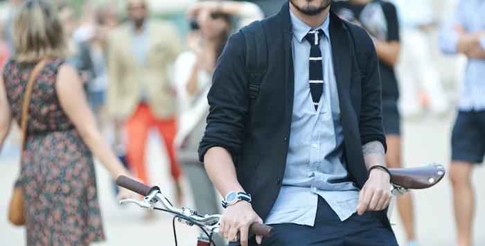 comment porter cravate tricot marine en laine avec tenue casual chemise oxford