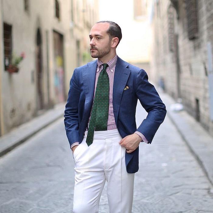 modele de cravate en soie large vert anglais sur chemise rayée veste marine et pantalon blanc