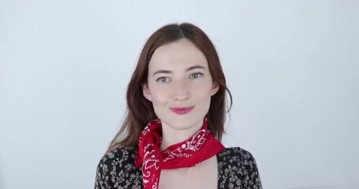 comment mettre foulard rouge autour du cou avec simple noeud sur le devant comme une écharpe