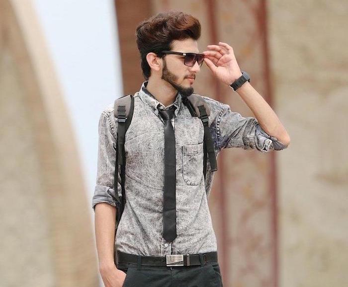 porter cravate slim anthracite sur chemise denim gris délavé pour tenue casual homme