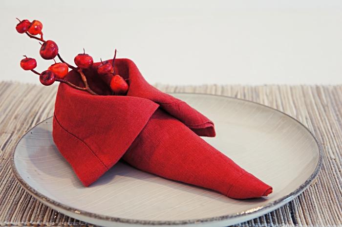 idée pour un tuto pliage serviette papier facile à faire avec une serviette en tissu, modèle de tissu en forme de chausson