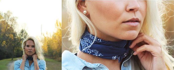 femme blonde avec bandana bleu marine attaché autour du cou à la francaise comme une écharpe serrée