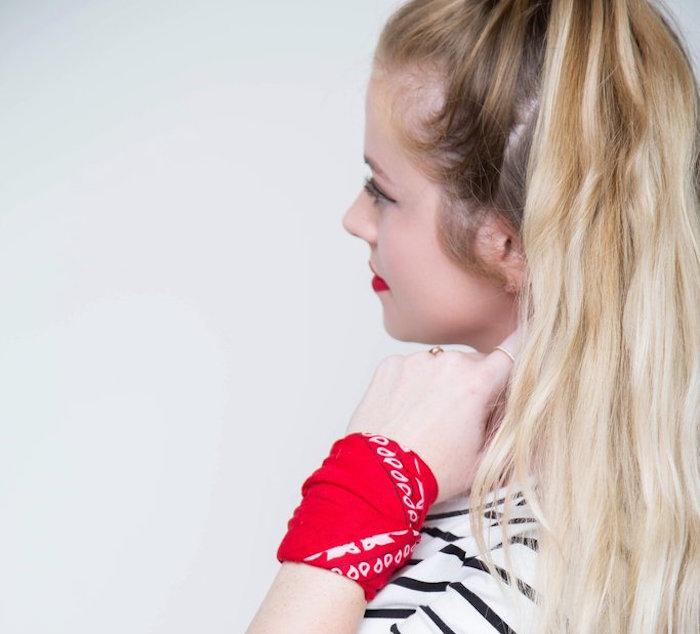 photo pour idée comment mettre un foulard au poignet comme bracelet