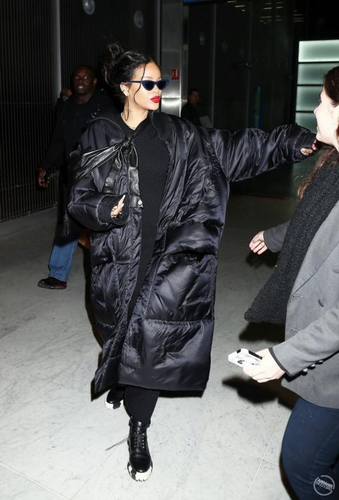 Rihanna avec une doudoune surdimensionnée, manteau cocon noir, grand manteau chaud