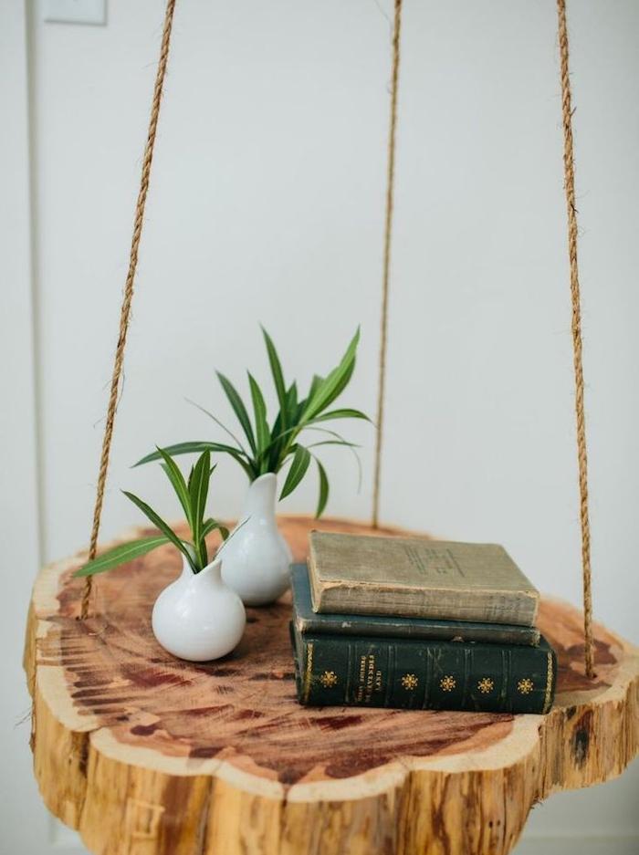 idée de table de nuit suspendue en rondin de bois suspendu à une corde, ranger ses livres de chevet plantes