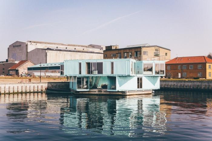 un logement étudiant dans le port de copenhague réalisé avec plusieurs containers maritimes récupérés, exemple de construction éco sociable à base de containers