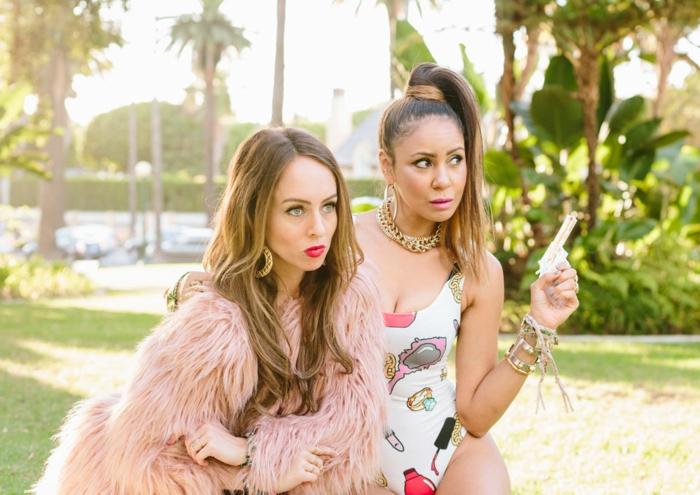 Organiser une soirée thème déguisement, soirée amusement entre amis, Beyoncé et Niki Minaj déguisement de star comme dans son vidéo musicale