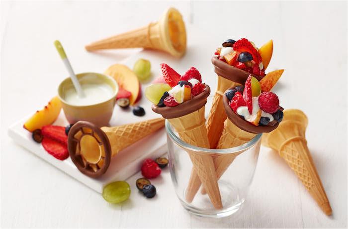 idee repas enfant original en cornet de glace au chocolat et fruits frais avec du yaourt, idée gouter originale