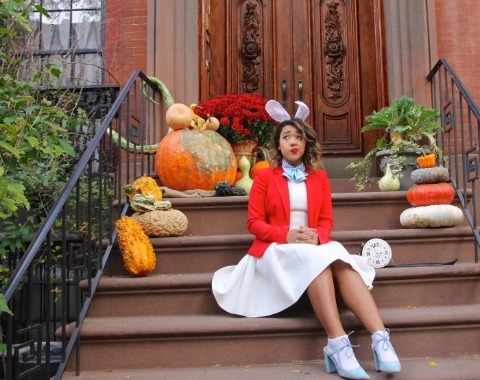 déguisement original pour Halloween en personnage, costume lapin blanc de dernière minute avec diadème DIY