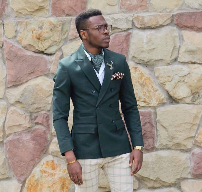 costume homme avec veste slim vert anglais avec cravate lavallière ascot assortie et pantalon à carreaux beige