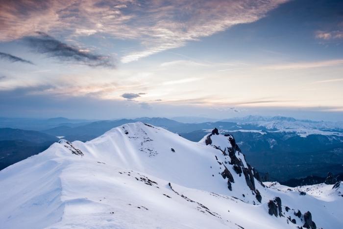 photo incroyable gratuite pour fond d'écran ordinateur, photo hiver avec coucher du soleil au-dessus des montagnes