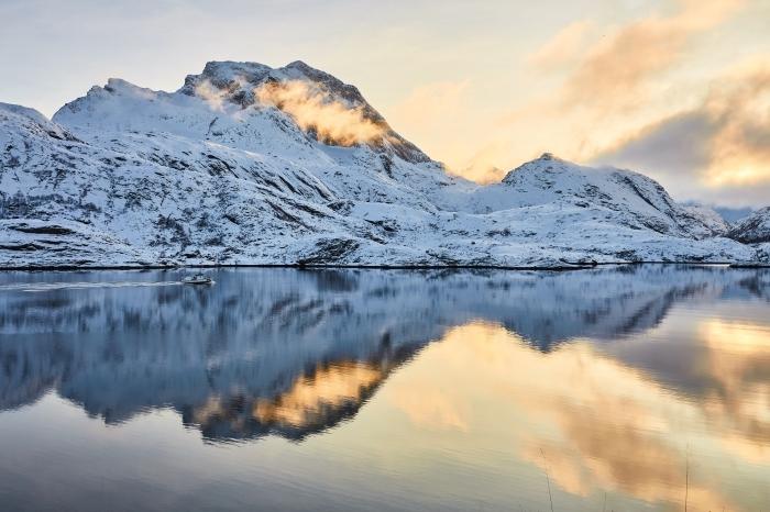 idée pour un fond d écran hiver magnifique, incroyable paysage du coucher du soleil au-dessus d'un lac et des montagnes