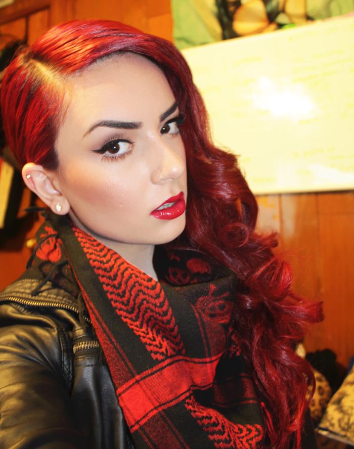 coloration cheveux rouge bouclé stylé retro avec maquillage de pin up eye liner noir et rouge à levres et foulard keffieh rouge et noir