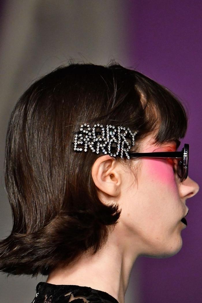 modèle de coiffure simple pour cheveux mi-longs, idée coupe carré facile à réaliser avec accessoire tendance