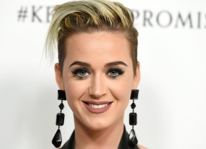 coiffure pour cheveux ultra court femme, tendance coupe courte femme 2018, idée coloration aux racines omrbées