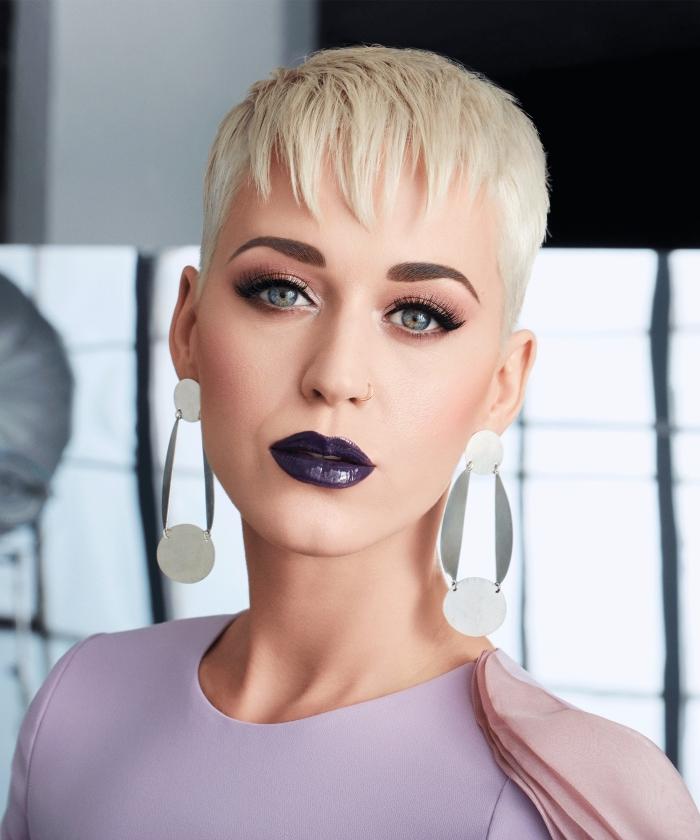 idée coiffure tendance 2018, modèle coupe courte fille ou femme, exemple de coupe à la garçon avec frange effilée