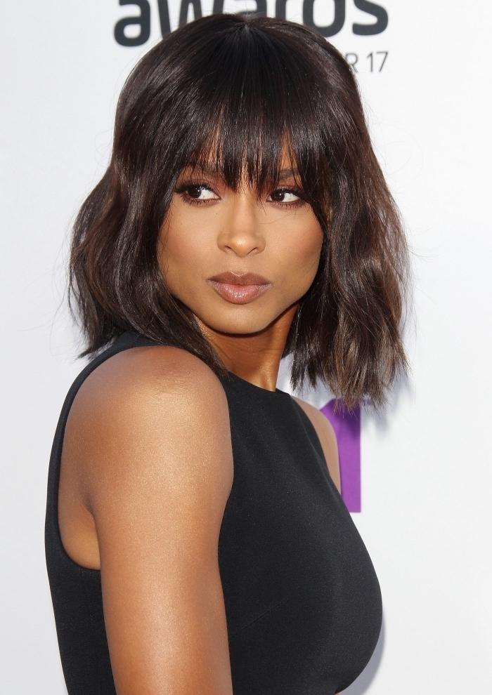 coiffure de Ciara aux cheveux mi-longs en carré dégradé avec frange effilée, exemple de coiffure mi long femme