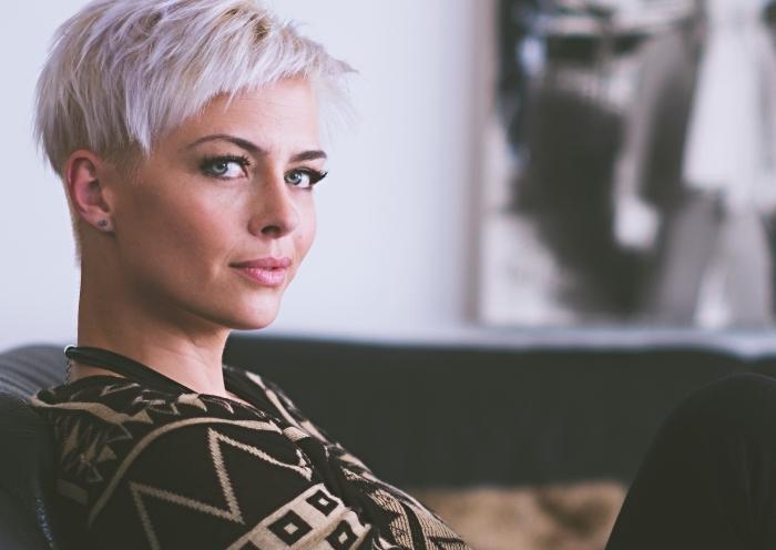 idée quelle coupe de cheveux pour femme, coupe court tendance automne-hiver 2018, coloration blond avec mèches pastel