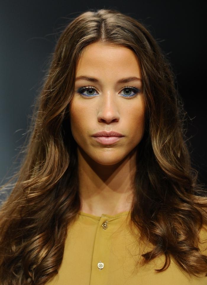idée comment porter ses cheveux à look naturel, exemple de coupe carré long avec pointes légèrement bouclées