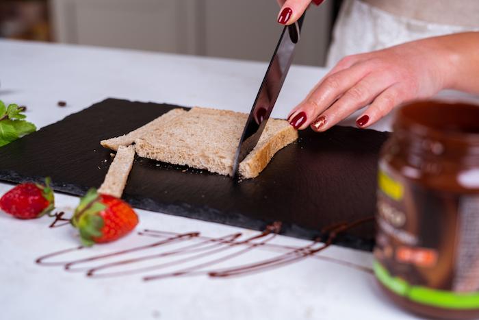 couper la croute du pain et laisser la mie pour en faire un roulé pain perdu brioche chocolat et banane