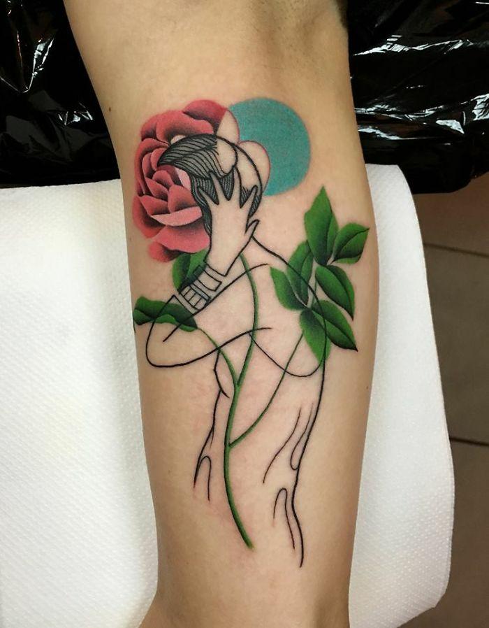 Symbole tatouage bras homme, tatouage minimaliste, symbole de tatouage cool idée, original tatouage dessin silhouette de femme avec tete de gleur